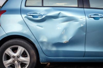 dent 1) (NOUN) wgniecenie (np. w karoserii), wyszczerbienie (np. noża),  wgięcie (w powierzchni czegoś) The hit left a dent on the car door. = Po  uderzeniu na drzwiach samochodu zostało wgniecenie. img: